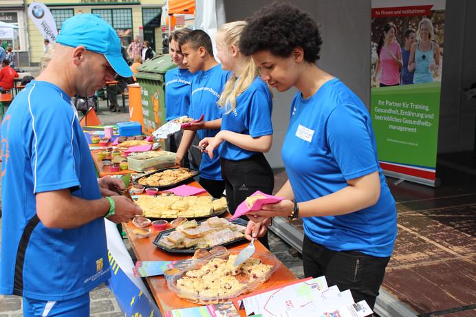 Kuchenbasar beim Citylauf 2018 - Spenden sammeln für das Projekt der Schüler/-innen in Rostock