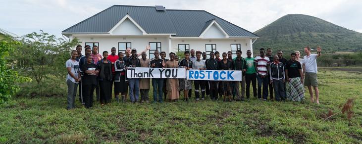 Alle Schüler des Massai-Colleges vor dem neuen Mädchenhaus