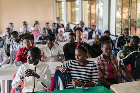 Schüler und Schülerinnen im College in Arusha/Tansania