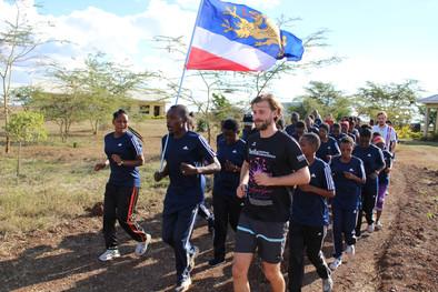 Gemeinsames Laufen der Schüler/-innen aus Arusha und den Gästen aus Rostock