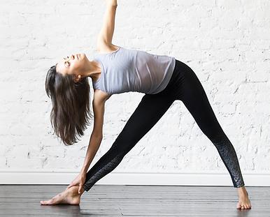 Chica practicando Yoga Trikonasana