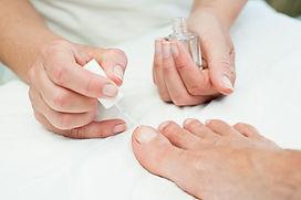 Het verzorgen van de voeten tijdens een pedicure behandeling bij Schoonheidssalon MPM Beauty