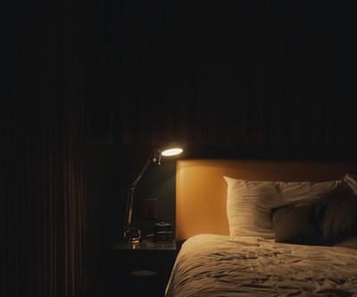 真夜中にベッドを揺らすもの