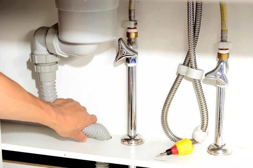 配管の修理をしている男性の手