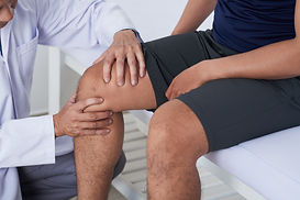 examining-knee-FQ4Q7CP.jpg