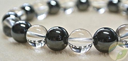 白の背景色に、美しい水晶とメタリックな黒い石のヘマタイトで作成した、勝負のお守り Lサイズ(19cm)6,300円は、モノトーンの服装やスーツに合うスタイリッシュなブレスレットです。厄除け・お守りに効果ができる商品のアップ画像