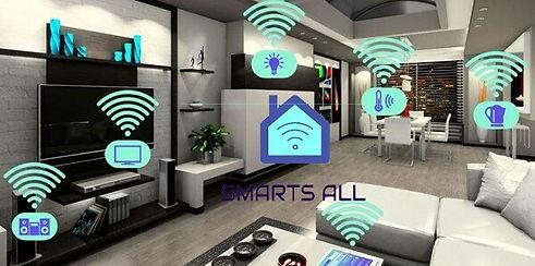 Imagem de uma sala com ícones indicando uma casa conectada e o logo da SMARTS ALL no meio.
