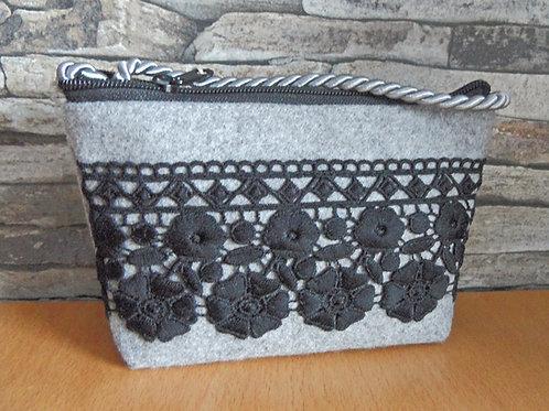 Kordel-Tasche mit Blumen-Borte schwarz