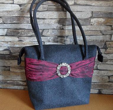 Henkel-Tasche anthrazit mit dunkelrotem Band aus Trachten-Seide