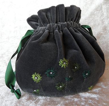 Samt-Beutel dunkelgrau, oval, von Hand bestickt in Grün-Tönen