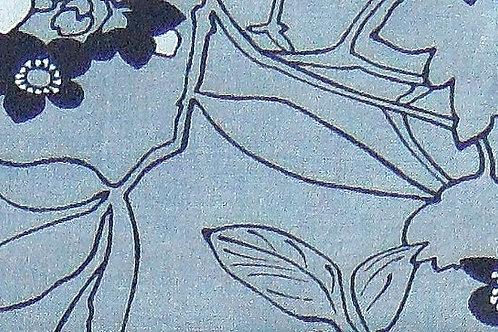 Maske in hellem Jeans-Blau, Blüten und Zweige in dunkelblau und weiß