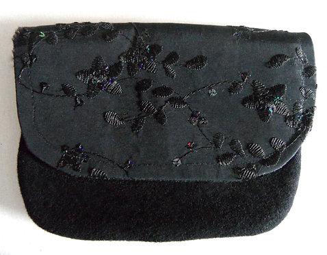 Dirndl- oder Gürtel-Tasche schwarz mit Klappe, schwarzer Taft bestickt