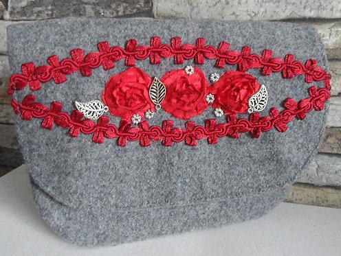 Dirndl- oder Gürtel-Tasche grau, mit Klappe , Rosenborte Kirsch-rot