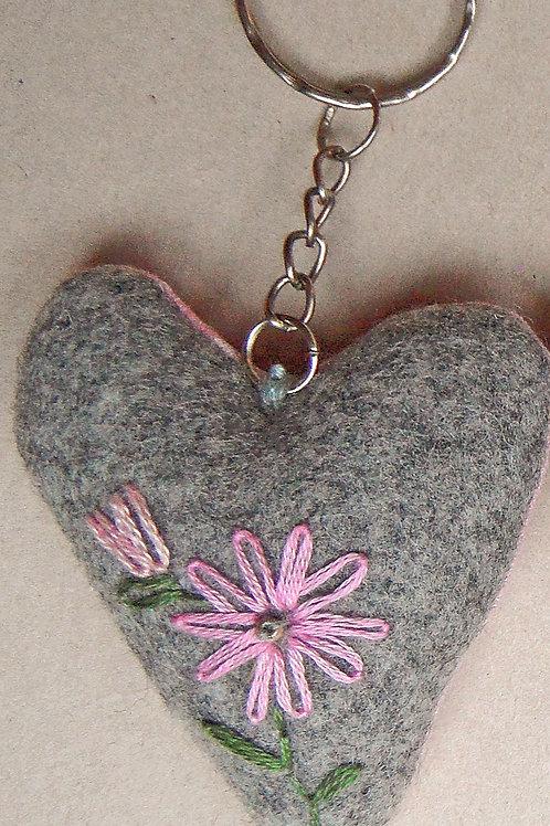 """Schlüssel-Herz mit Hand-Stickerei """"Blumen Rosa-Töne"""""""