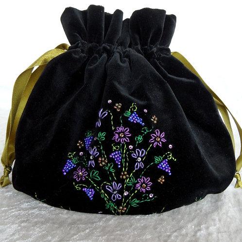 Samt-Beutel oval, schwarz, von Hand bestickt in Lila- und Grün-Tönen