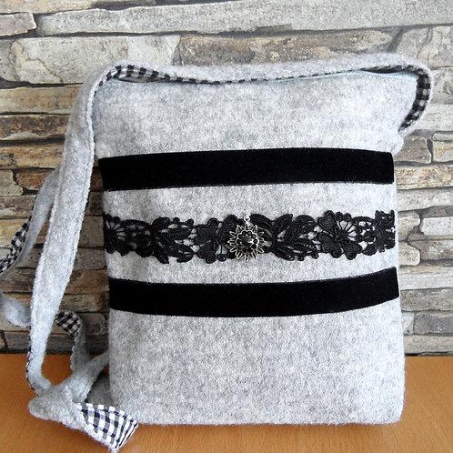 Riemen-Tasche mit Samtbändern, Spitze und Edelweiß
