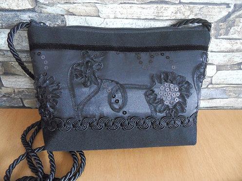 Kordel-Tasche mit besticktem Satin