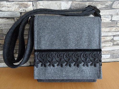 Riemen-Tasche mit Klappe und Blüten-Spitze schwarz