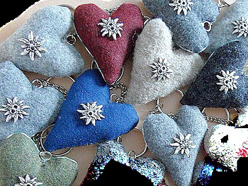 Schlüssel-Herzen mit aufgenähtem Edelweiß-Knopf