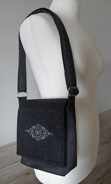 Riemen-Tasche mit Klappe anthrazit-grau mit Ornament-Stickerei