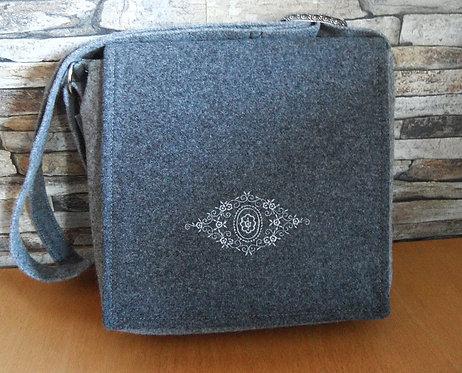 Riemen-Tasche mit Klappe, hellgrau und grau mit Spitzrauten-Stickerei