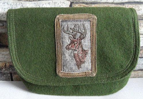 """Dirndl- oder Gürtel-Tasche moosgrün mit Klappe, Stickerei-Emblem """"Rehbock"""""""