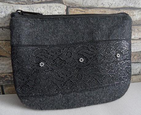 Dirndl- oder Gürtel-Tasche anthrazit, mit Effekt-Spitze, von Hand bestickt