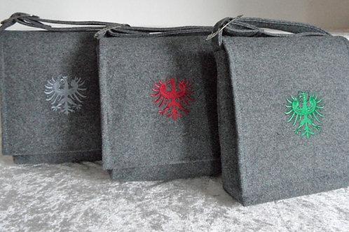 Riemen-Tasche mit Klappe und Adler-Stickerei