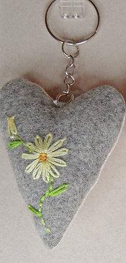 """Schlüssel-Herz mit Hand-Stickerei """"Blumen Gelb-Töne"""""""