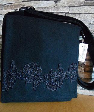 Riemen-Tasche mit Klappe, schwarz, mit Rosenspitze klassisch