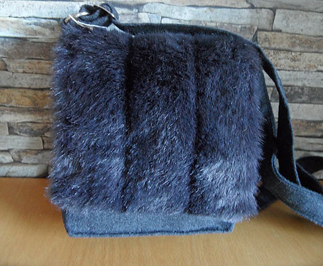 Riemen-Tasche mit Web-Pelz - Klappe