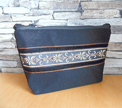 Kordel-Tasche mit Prokat-Band schwarz-braun-gold, bestickt