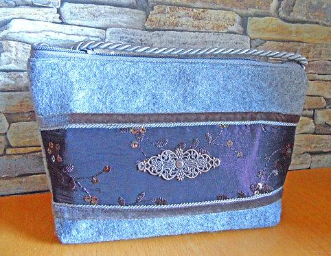Kordel-Tasche grau - dunkelbraun, Metall-Brosche