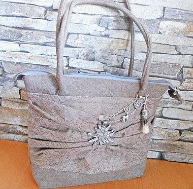 Henkel-Tasche hellbraun/beige mit textilem Präge-Leder und Metall-Elementen