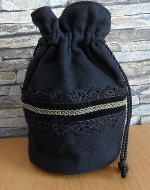 Trachten-Beutel aus Loden, schwarz, mit Spitze und Bändern