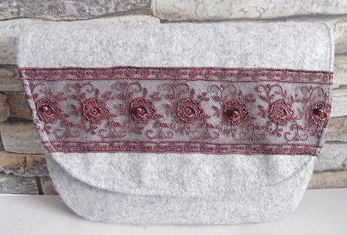Dirndl- oder Gürtel-Tasche weißgrau, mit Klappe, Spitze Schoko-braun, bestickt