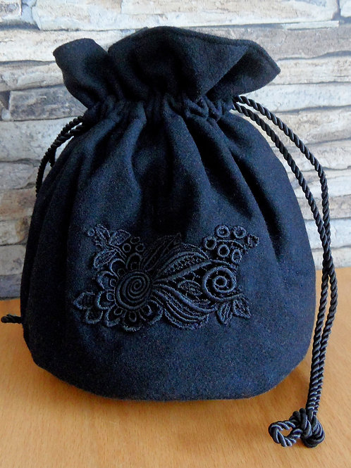 Trachtenbeutel rund, aus schwarzem Loden, von Hand appliziert
