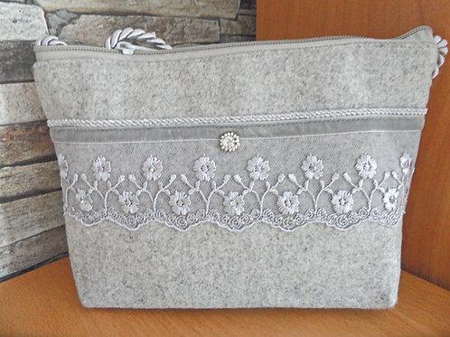 Kordel-Tasche mit Blümchen-Spitze und Samtband