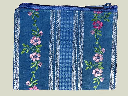 Geldbörse in Kornblumen-blau, mit gewebtem Blumen-Muster rosa-hellgrün
