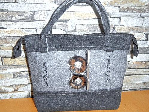 Henkel-Tasche aus Loden-Wollstoff mit Pelz-Knöpfen