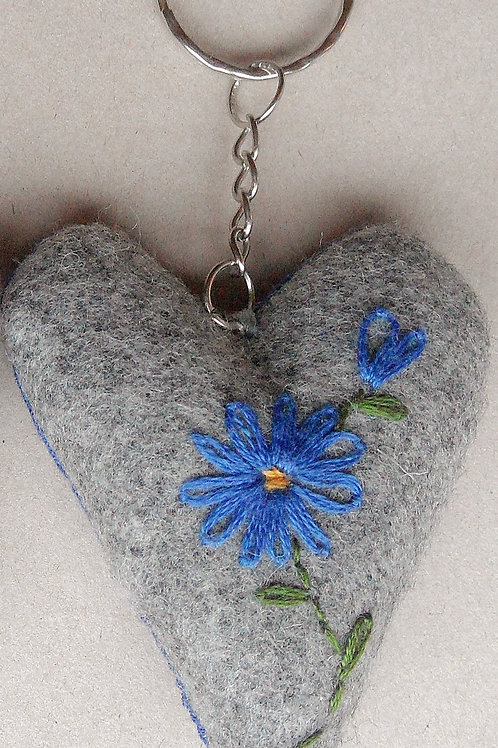 """Schlüssel-Herz mit Hand-Stickerei """"Blumen Blau-Töne"""""""