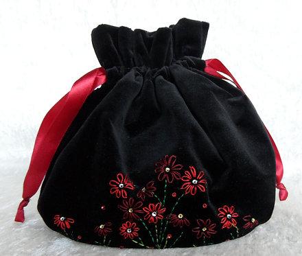 Samt-Beutel oval, schwarz, von Hand bestickt in Rot-Tönen