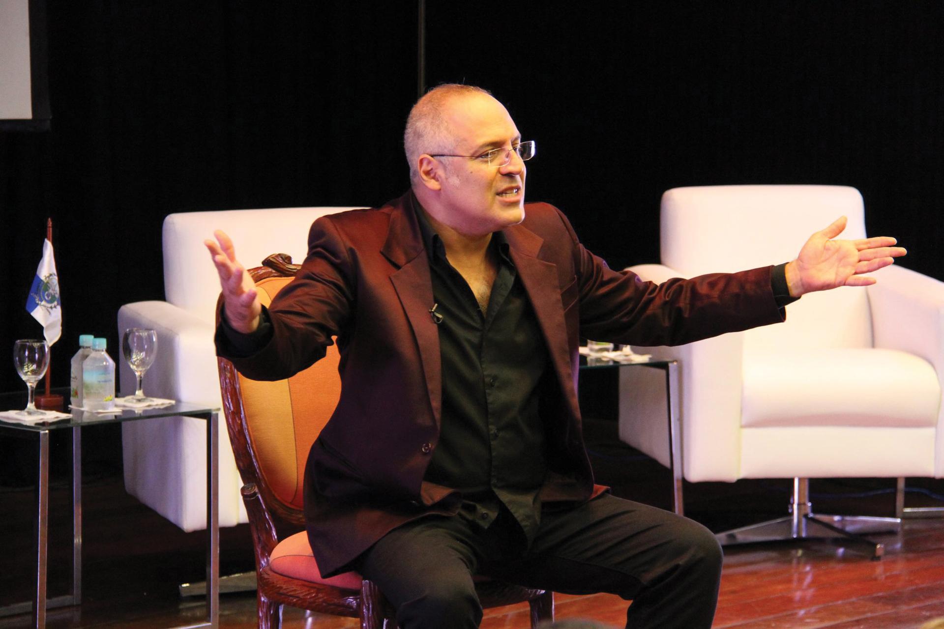 Raul_de_Orofino_em_palco_durante_espetáculo-palestra