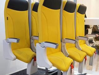 Já pensou em viajar de avião em pé?