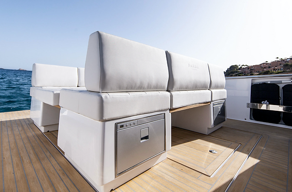 Interieur du bateau à louer à Cannes