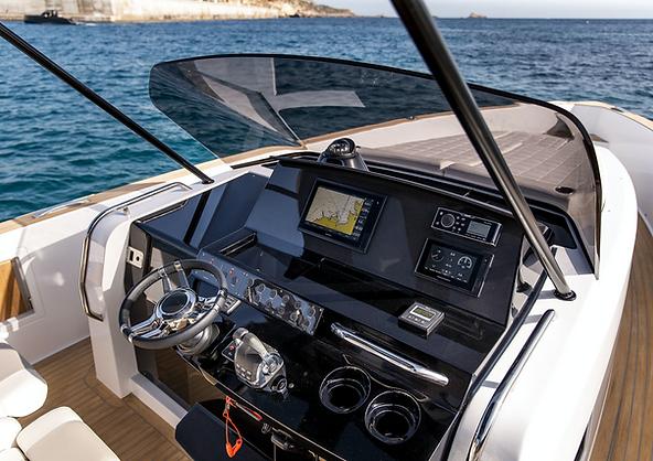 Poste de pilotage du bateau à louer à Cannes