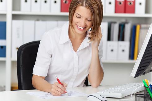 Mujer en el escritorio