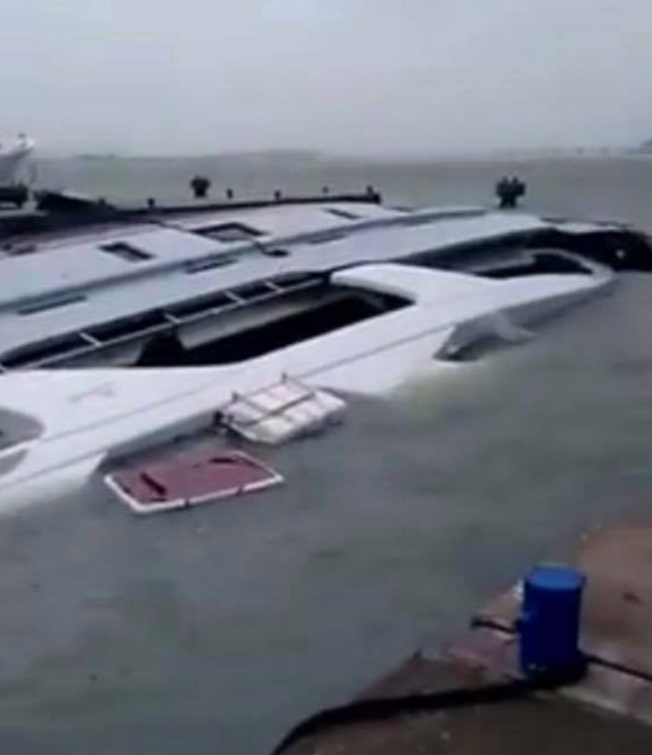 Irma incursion: PIPE DREAMS, a 40m Benetti, sinks at the dock in Sint Maarten
