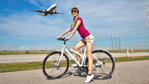 Due ruote e reattori: andare in aeroporto in bicicletta..