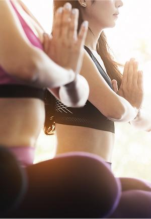 Frauen üben Yoga